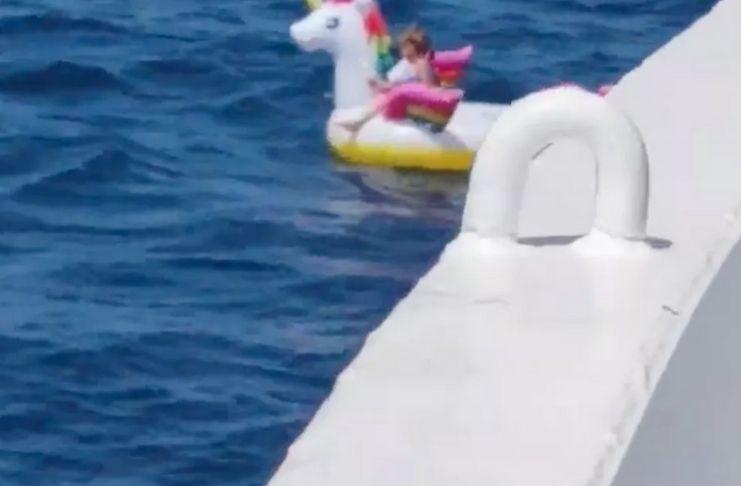 Criança que é levada para alto mar em boia é resgatada por navio