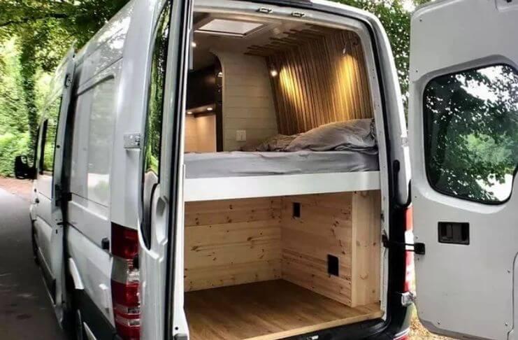O homem transforma furgão em acampamento de luxo 4