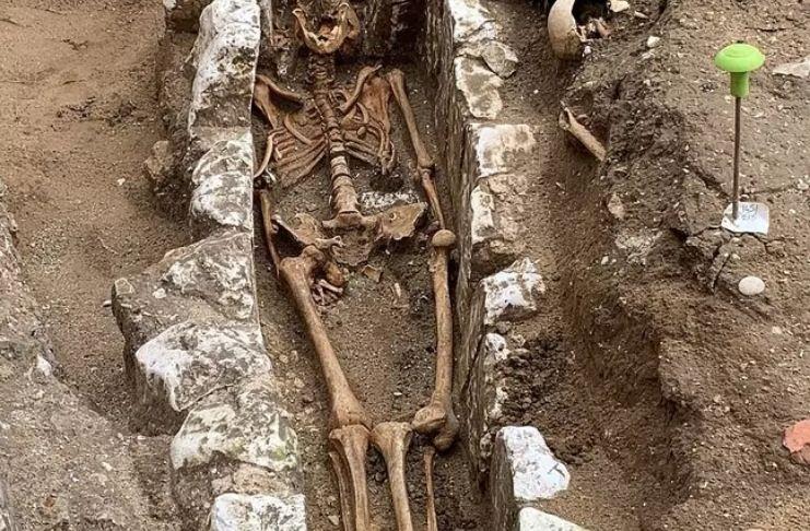 Cemitério é descoberto em escavação arqueológica no Reino Unido 1