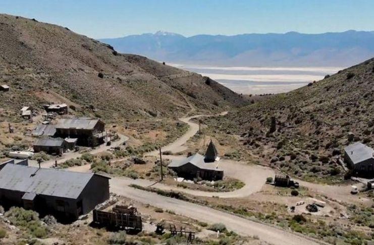 """Homem compra uma cidade abandonada e tem hotel incendiado """"por fantasmas"""" 5"""