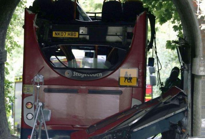 Três crianças hospitalizadas e 13 feridos após acidente de ônibus escolar no Reino Unido