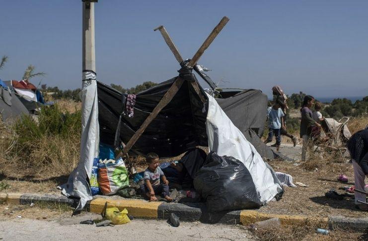 Milhares dormem ao ar livre depois que o campo de refugiados é incendiado na Grécia