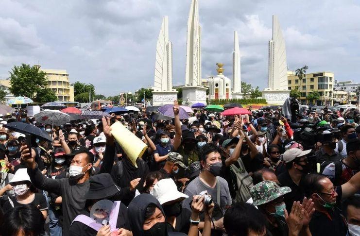 Tailandeses protestam e exigem o fim da monarquia