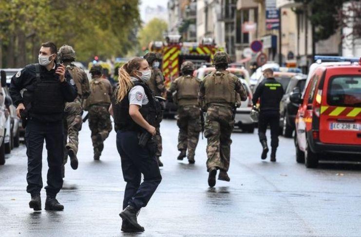 Ataque a Paris: quatro pessoas esfaqueadas perto do antigo escritório de Charlie Hebdo