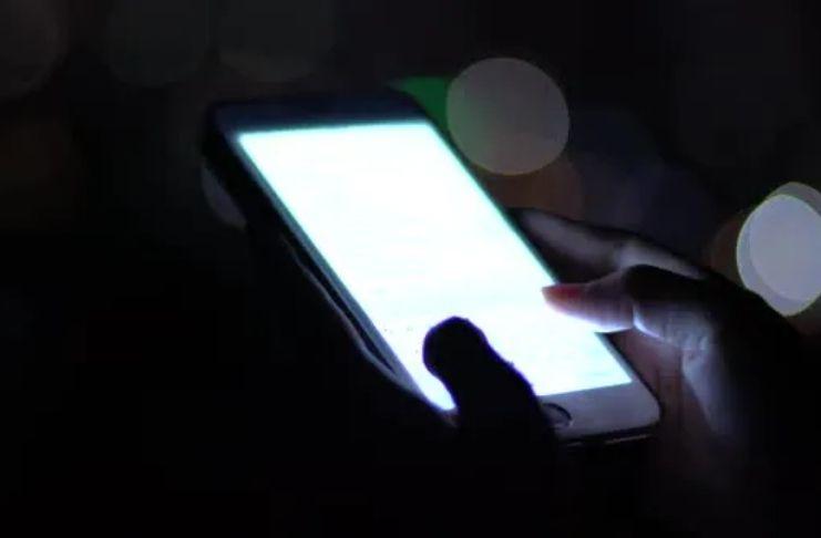 A luz do smartphone é tão ruim para pele quanto o sol, adverte um especialista