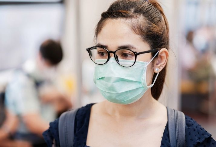 Uso de óculos é proteção contra COVID-19? Estudos avaliam