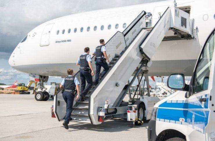 Avião é forçado a pousar depois que jovem dá à luz durante voo