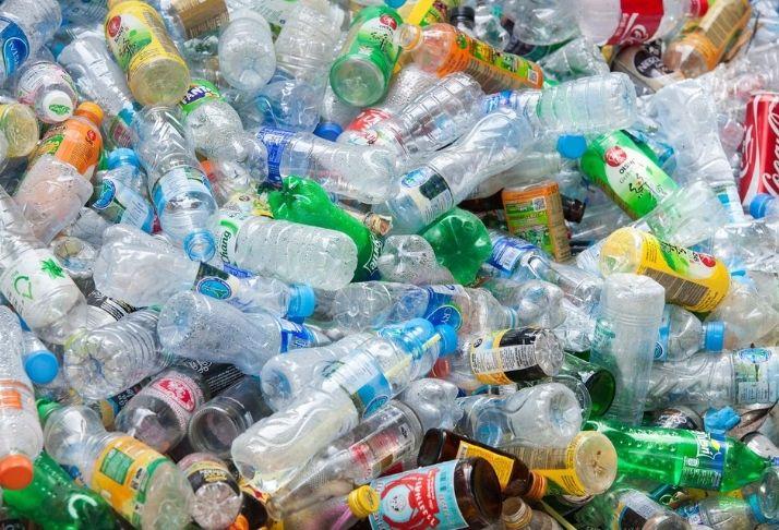 Preparar, errar, repetir: grandes marcas e metas de reciclagem de plástico