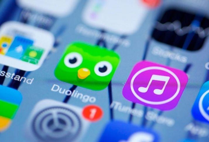 Podcast bilíngue do Duolingo entrete usuários enquanto aprendem espanhol