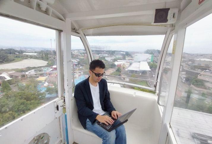 Parque temático no Japão permite que visitantes trabalhem em roda gigante